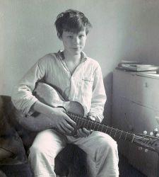 """Ma première guitare, """"empruntée"""" dans les vestiaires de mon pensionnat."""